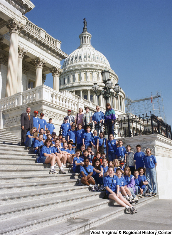 Photograph of Congressman Nick Rahall with students from Lewisburg Elementary School